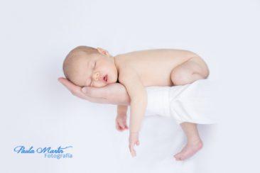 recién nacido en brazos de papa
