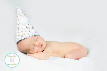 recién nacido con gorrito de tela