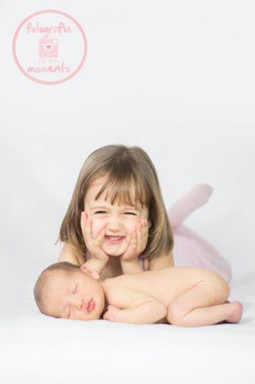 recién nacido y heramana mayor