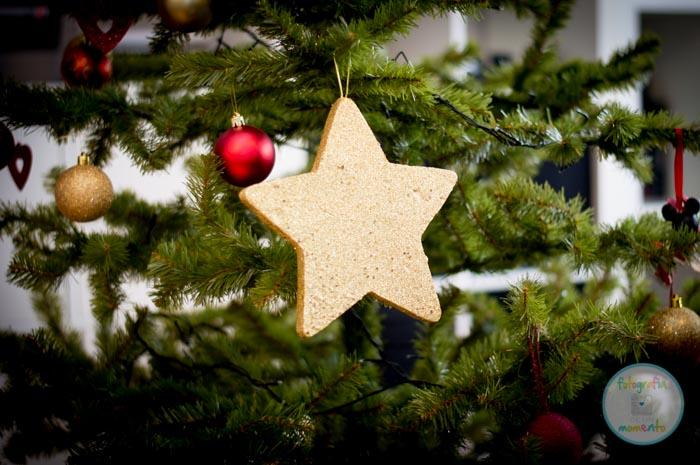 estrella dorada de navidad sobre arbol
