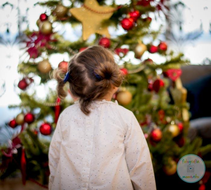 niña mirando arbol de navidad