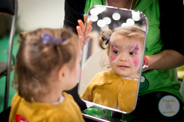 Maquillaje infantil de mariposa por Froggies Kids