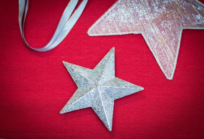 Estrellas de navidad sobre fondo rojo