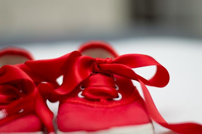 zapatilla victoria con lazo rojo
