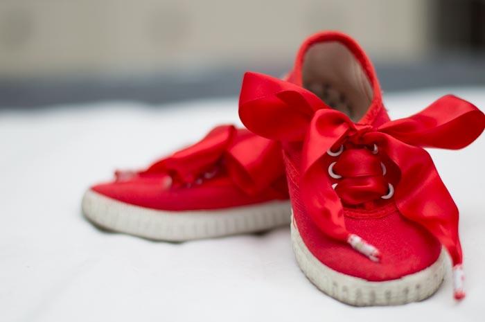 zapatilla de lona roja