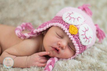 recién nacido con gorro de buho rosa