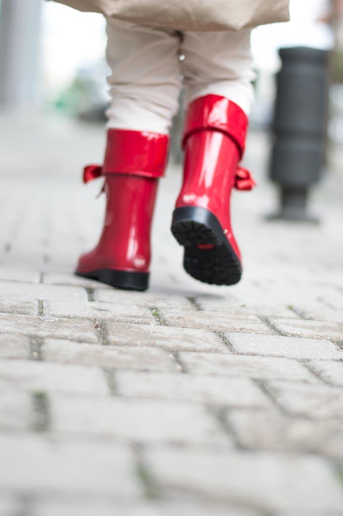 detalle de botas de agua rojas para niña