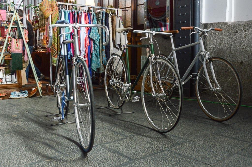 Bicicletas antiguas expuestas en los andenes del Museo del Ferrocarril de Madrid