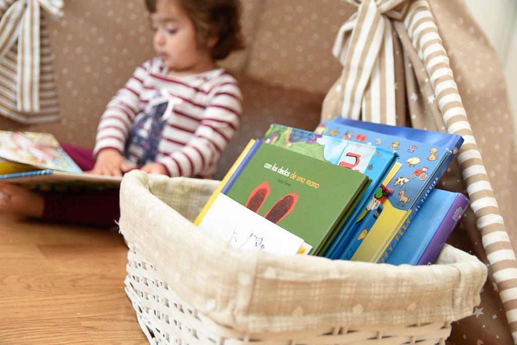 Cesto con libros para crear un rincón de lectura