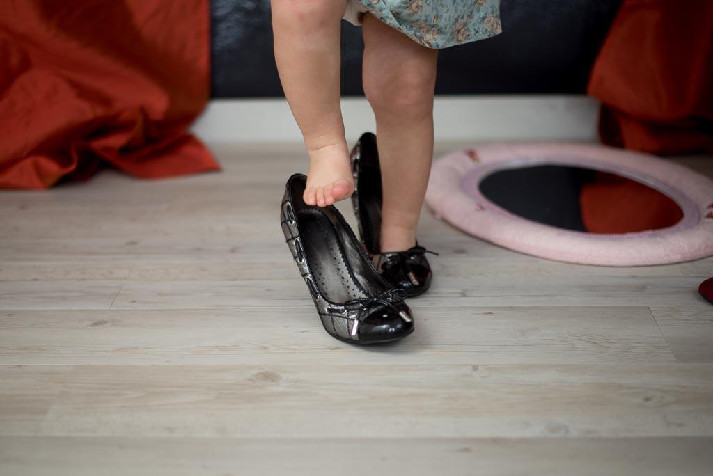bebe con zapatos de tacón