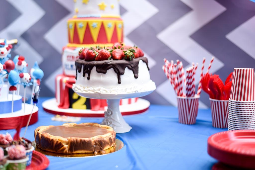 Tartas de diferentes sabores y formas para una fiesta de cumpleaños de circo