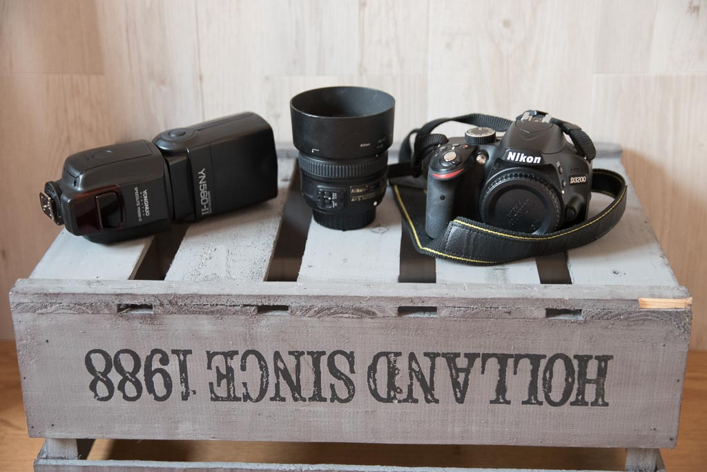 flash externo, objetivo 50 mm y cámara nikon