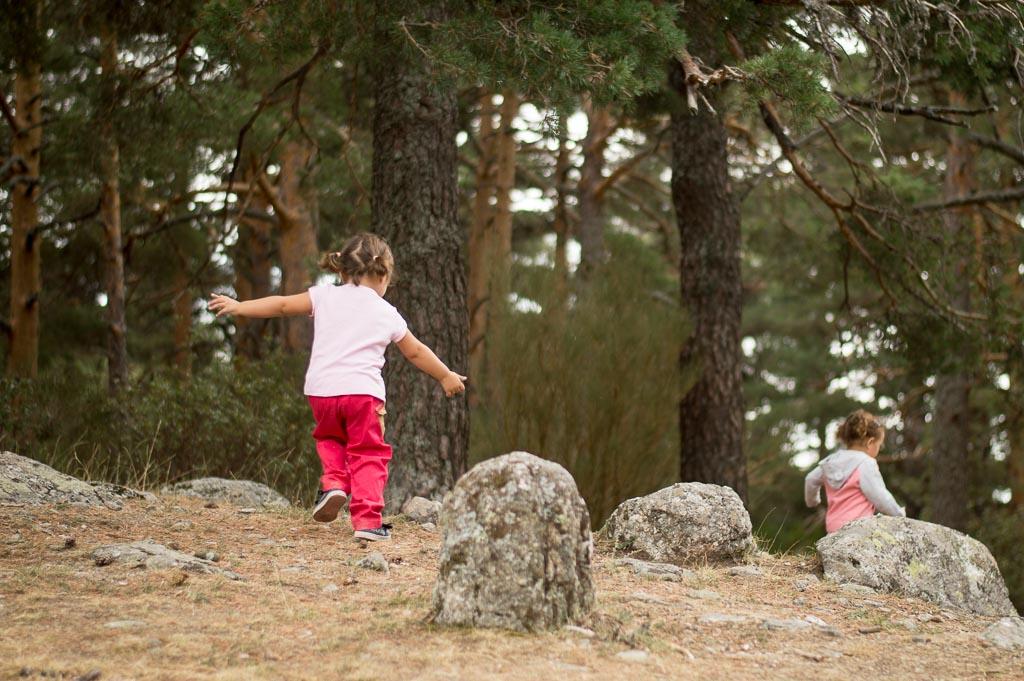 niña corriendo en la montaña