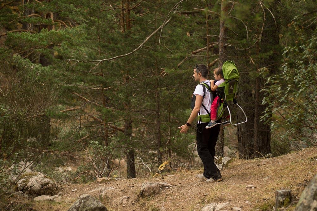mochila para portear niños en la montaña