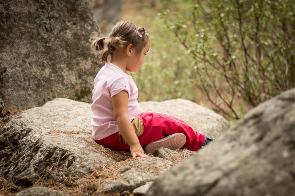 niña sentada en una montaña