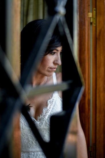 novia mirando por la ventana