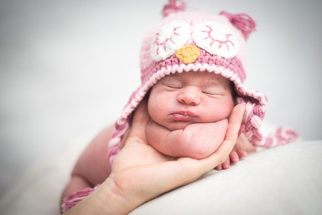 recien nacido con gorrito rosa