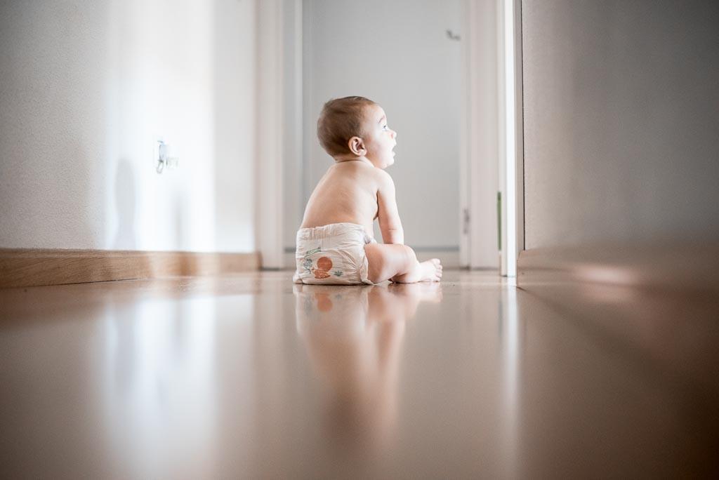 Bebé sentado con pañal