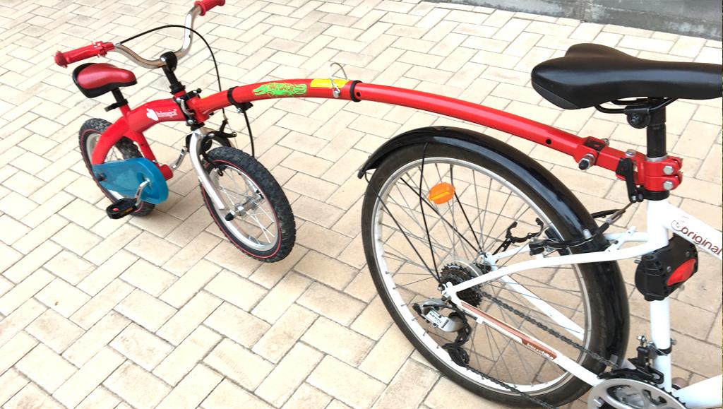 Brazo para remolcar bicicleta de niño con la de un adulto