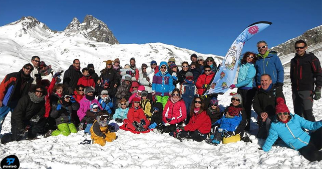 Familias participando en el campamento En Busca del Yeti en la estación de esqui de Jaca