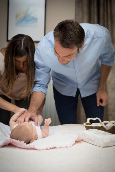 papas vistiendo a un bebe
