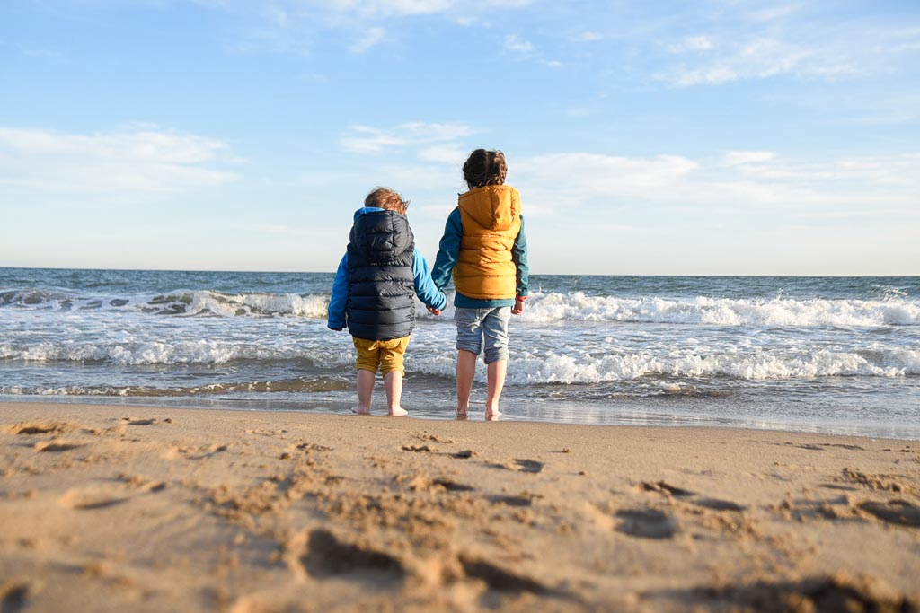 niños mirando el mar