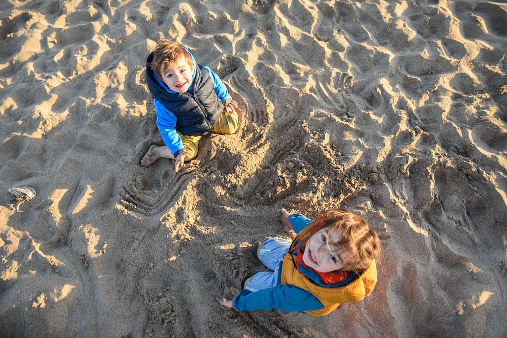 niños en la playa en invierno