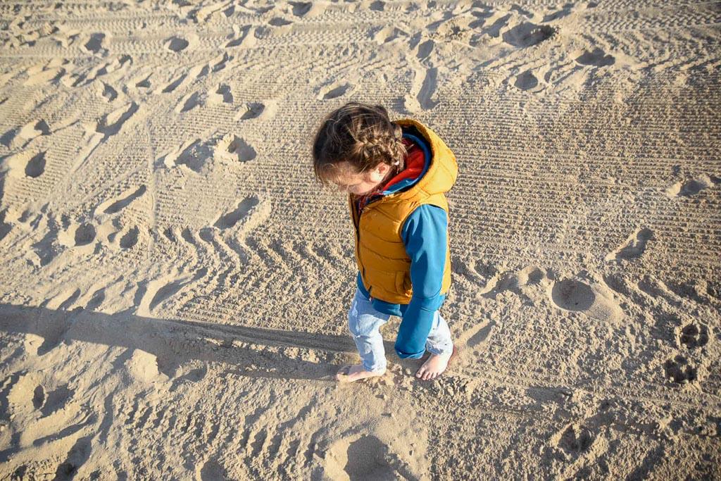 niña caminando en la playa