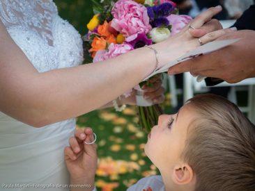 Niño mirando anillos de boda