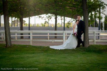 posado de novios tras la ceremonia de boda