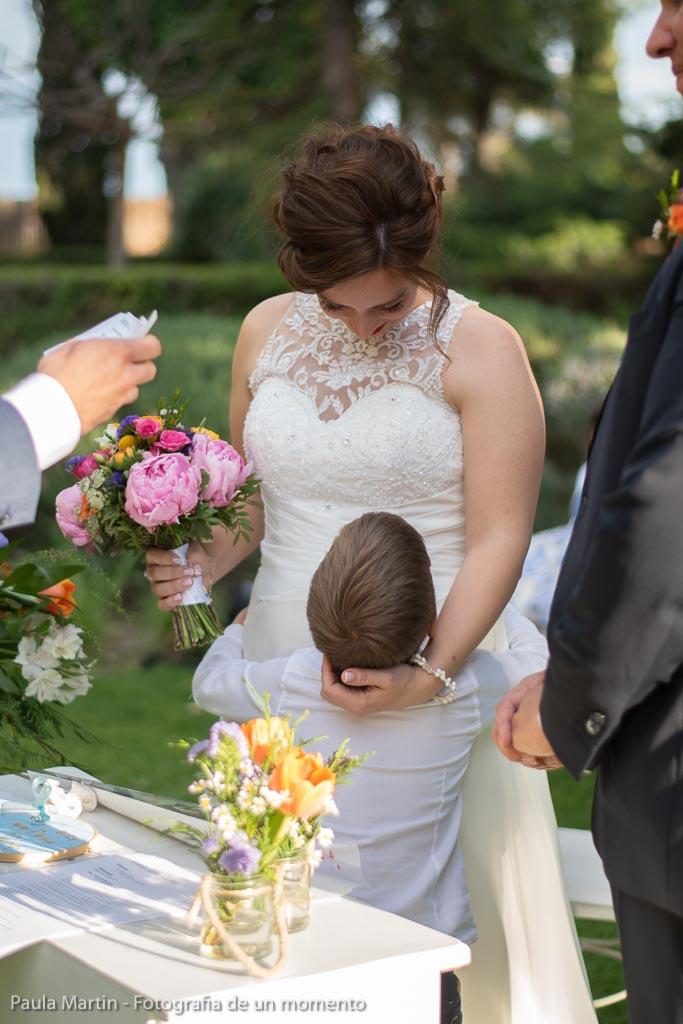 novia e hijo en celebración de boda